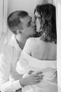 זוג מתנשקים