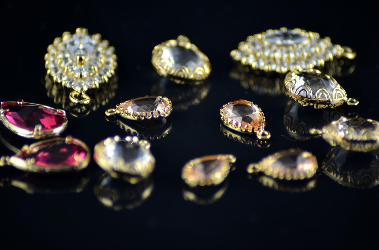 תכשיטים בגוונים שונים