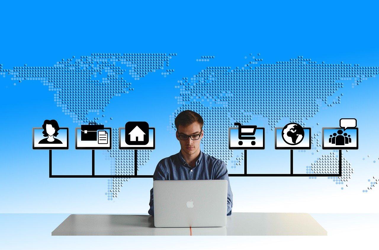 איש עם מחשב נייד מנהל קהילה דרך הדיגיטל