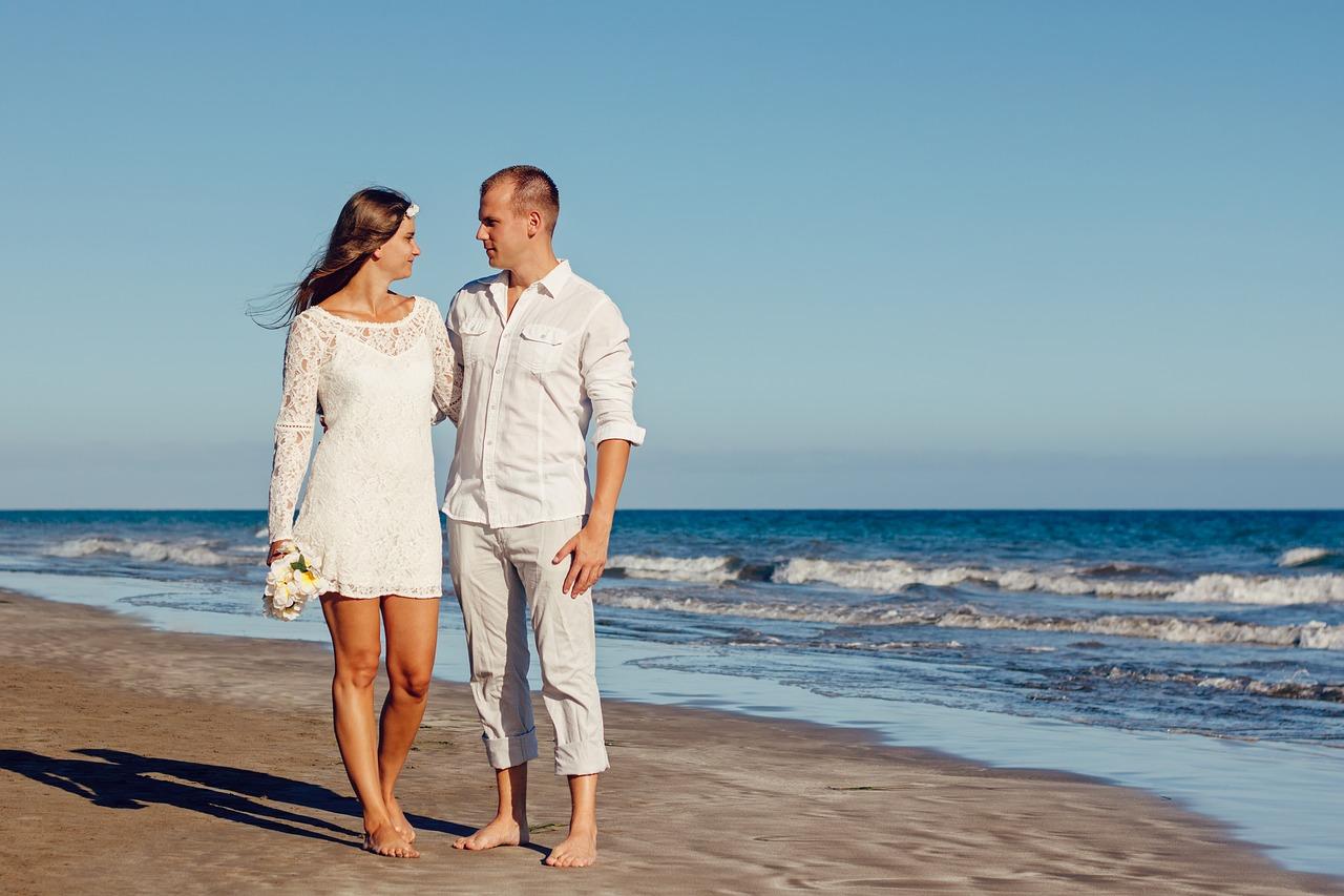 חתן וכלה בחוף בצהריים