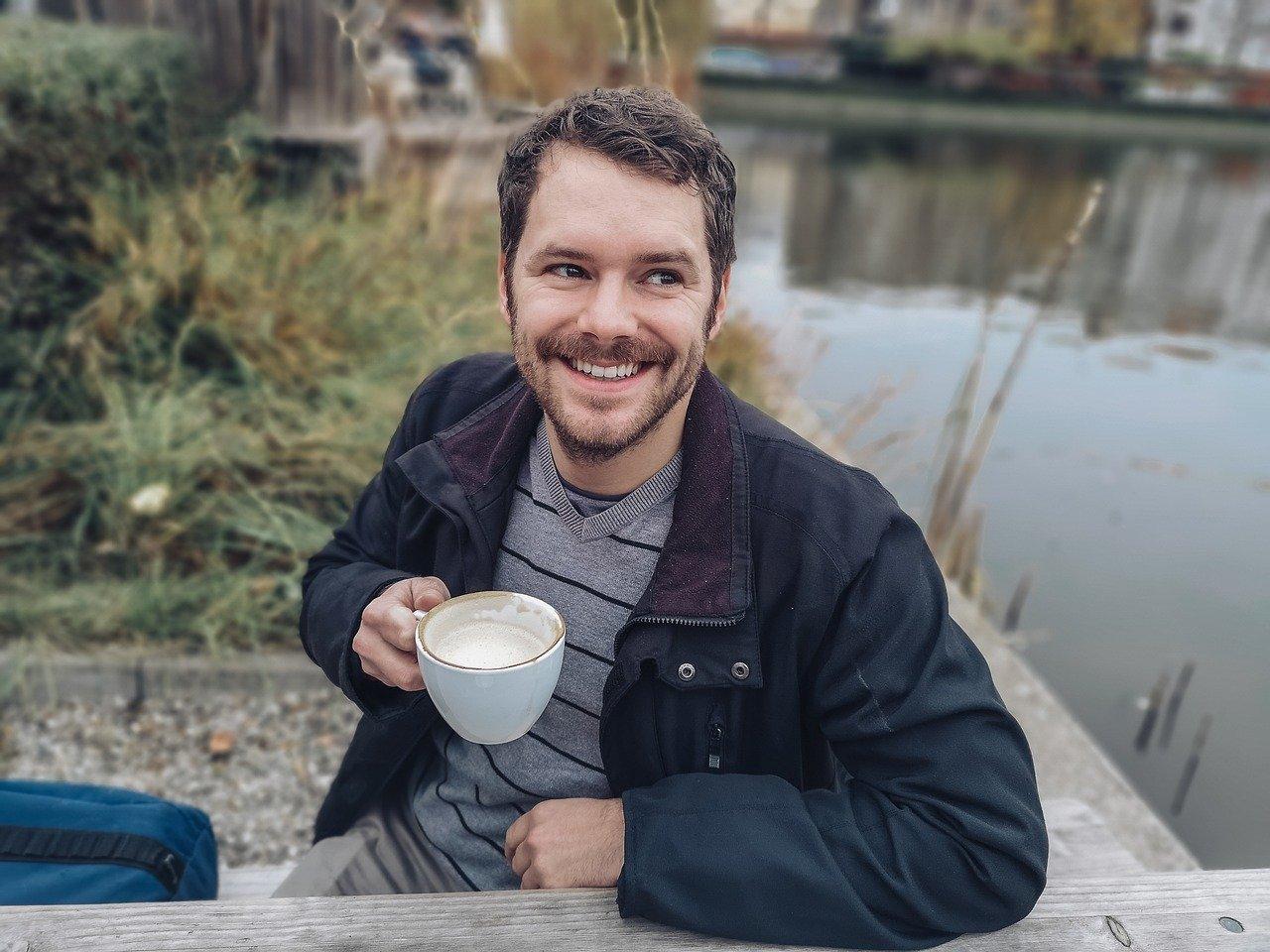 גבר שותה קפה